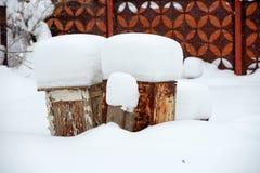 Objetos cobertos com a neve fotografia de stock