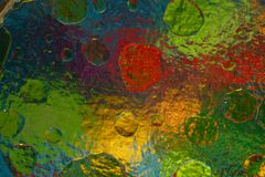 Objetos coloreados a través del vidrio acanalado al mezclar el agua y el aceite imagen de archivo