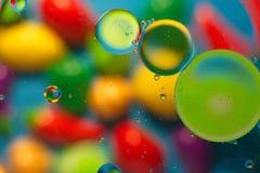 Objetos coloridos ao misturar a água e o óleo fotografia de stock