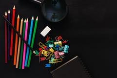 Objetos comerciales de los lápices coloridos, nota de papel, glas que magnifican fotografía de archivo
