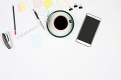 Objetos comerciales en un fondo o un escritorio blanco Imagenes de archivo
