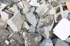 Objetos concretos e de pedra no fim da operação de descarga acima do tiro foto de stock royalty free