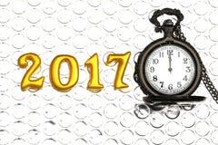 2017 objetos 3d reais na reflexão foil com o relógio de bolso luxuoso, conceito do ano novo feliz Imagem de Stock