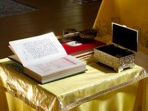 Objetos da adoração na tabela na igreja ortodoxa Fotografia de Stock