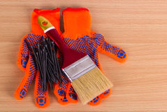 Objetos da construção em uma superfície plana: pregos, escova de pintura e worki Fotografia de Stock
