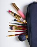 Objetos da mulher da forma Compõe o saco com os cosméticos no fundo branco configuração do fkat, vista superior fotografia de stock
