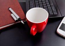 Objetos da xícara de café e do negócio Fotografia de Stock Royalty Free