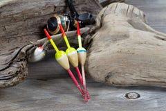Objetos de la pesca en la madera de deriva Imagen de archivo