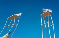 Objetos de la playa del fondo contra el cielo azul imagen de archivo