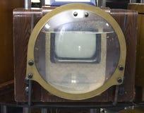 Objetos de la TV antigua y tecnolog?as de radio y tel?fonos fotos de archivo