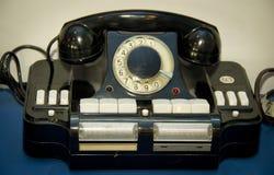 Objetos de la TV antigua y tecnolog?as de radio y tel?fonos imagenes de archivo