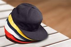 Objetos de las gorras de béisbol en fondo imagen de archivo libre de regalías