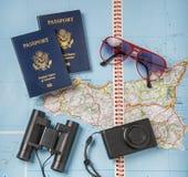 Objetos de las vacaciones del viaje en un fondo Fotografía de archivo libre de regalías