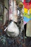 Objetos de los desperdicios encontrados mientras que el peinarse de la playa imagen de archivo libre de regalías