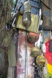 Objetos de los desperdicios encontrados mientras que el peinarse de la playa fotos de archivo libres de regalías