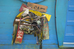 Objetos de los desperdicios encontrados mientras que playa que peina arte convertido imagenes de archivo