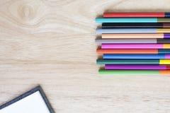 Objetos de los efectos de escritorio de la oficina y del arte en la tabla de madera con un cuaderno Foto de archivo