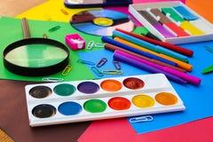 Objetos de los efectos de escritorio Escuela y materiales de oficina en el fondo del papel coloreado Imágenes de archivo libres de regalías