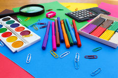 Objetos de los efectos de escritorio Escuela y materiales de oficina en el fondo del papel coloreado Foto de archivo