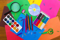Objetos de los efectos de escritorio Escuela y materiales de oficina en el fondo del papel coloreado Fotos de archivo libres de regalías
