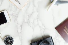 Objetos de lujo del viajero en la superficie de mármol Foto de archivo libre de regalías