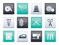 Objetos de matéria têxtil e ícones da indústria sobre o fundo da cor fotografia de stock