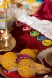 Objetos de rogación religiosos hindúes indios tradicionales Imagen de archivo libre de regalías