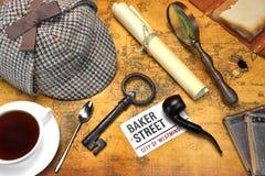 Objetos de Sherlock Holmes Deerstalker Cap And Other en mapa viejo Fotografía de archivo
