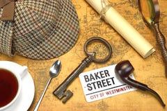 Objetos de Sherlock Holmes Deerstalker Cap And Other en mapa viejo Foto de archivo libre de regalías