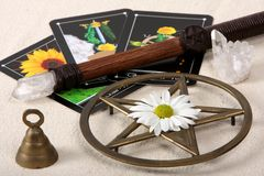 Objetos de Wiccan e cartões de Tarot Fotografia de Stock