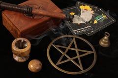 Objetos de Wiccan y tarjetas de Tarot Imagen de archivo libre de regalías