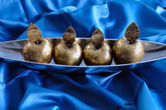 Objetos decorativos de la Navidad de las manzanas de oro Fotos de archivo