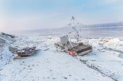 Objetos del agua atrapados en Danubio congelado Imagen de archivo libre de regalías