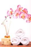 Objetos del balneario con la orquídea Imagenes de archivo