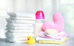 Objetos del cuidado del bebé, la ropa del niño El personal del niño fotos de archivo libres de regalías