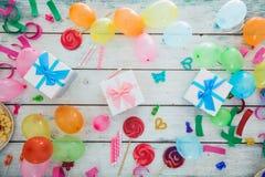 Objetos del cumpleaños en la madera Imágenes de archivo libres de regalías