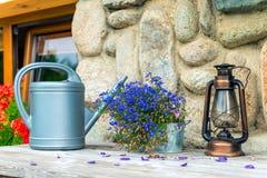 Objetos del jardinero - regadera, linterna retra y beauti Fotografía de archivo