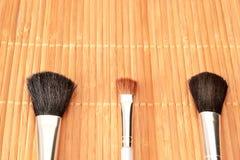 Objetos del maquillaje en la madera Fotografía de archivo