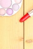 Objetos del maquillaje en la madera Imágenes de archivo libres de regalías