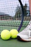 Objetos del tenis con la pierna del jugador Imagen de archivo