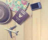 Objetos del viajero fijados en fondo de madera Fotografía de archivo libre de regalías