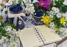 Objetos del vintage, baya de la madreselva, flores y cuaderno con el espacio de la copia Fotos de archivo libres de regalías