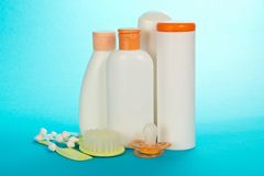 Objetos do cuidado do bebê Azeitona e champô fotos de stock