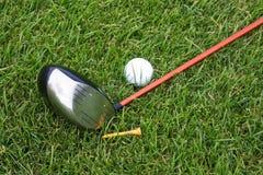 Objetos do golfe na grama Imagens de Stock