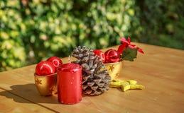 Objetos do Natal em uma tabela de madeira Imagem de Stock
