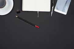 Objetos do negócio em uma mesa preta Imagens de Stock
