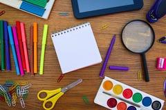 Objetos dos artigos de papelaria Fontes do escritório e de escola na tabela foto de stock royalty free
