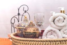 Objetos e acessórios luxuosos asiáticos dos termas na bandeja de madeira Fotografia de Stock