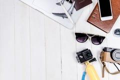 Objetos e equipamento do Blogger da viagem de negócios foto de stock
