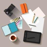 objetos electrónicos con las sombras largas usadas en la vida cotidiana de la gente, estilo plano Imágenes de archivo libres de regalías